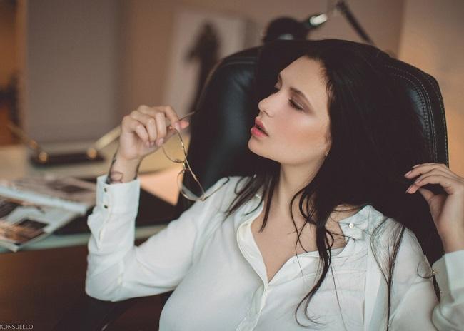 donna in attesa di una chiamata per un appuntamento